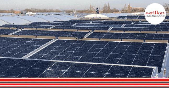 Zonnenpanelen op het dak biJ Estillon